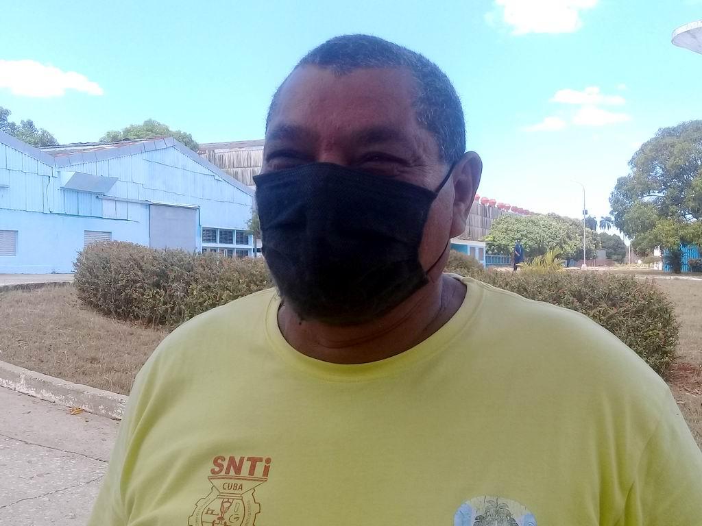 Walberto Rosabal Rodríguez, jefe de brigada de la carpintería de aluminio y Secretario general del Buró sindical de la entidad