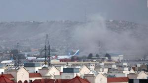 Confirman victimas afganas y estadounidenses tras atentado suicida en aeropuerto de Kabul