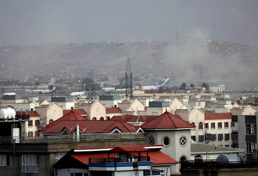 El humo se eleva desde una explosión mortal fuera del aeropuerto en Kabul, Afganistán, el jueves 26 de agosto de 2021