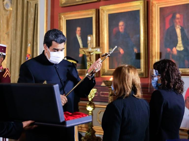 La familia de Aristóbulo recibió la espada de Bolívar como reconocimiento post mortem