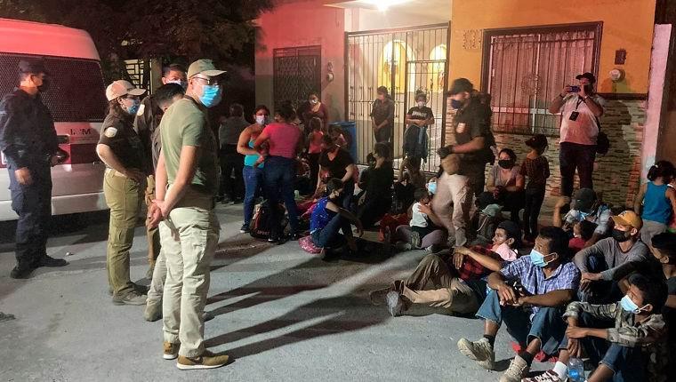 Agentes hallan a 648 migrantes en autobuses y viviendas del norte de México