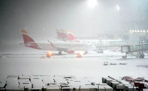 Suspenden vuelos por nevada en Madrid