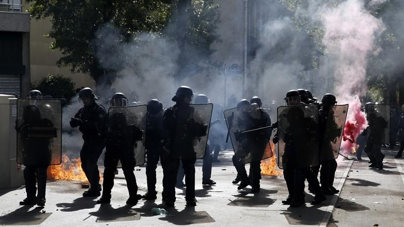 Policía arremete contra la multitud y lanza gases lacrimógenos durante manifestaciones del Primero de Mayo en Francia