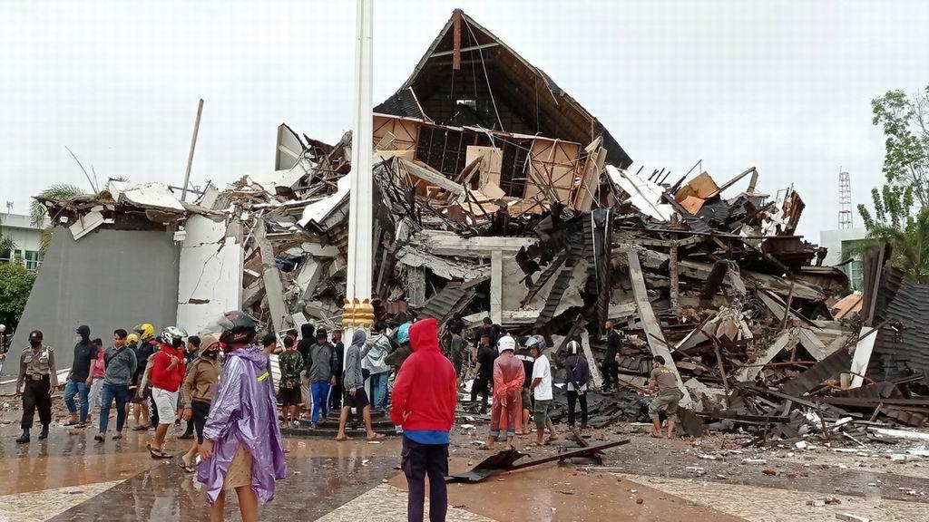 Advierten en Indonesia de fuertes réplicas tras el potente terremoto de 6,2