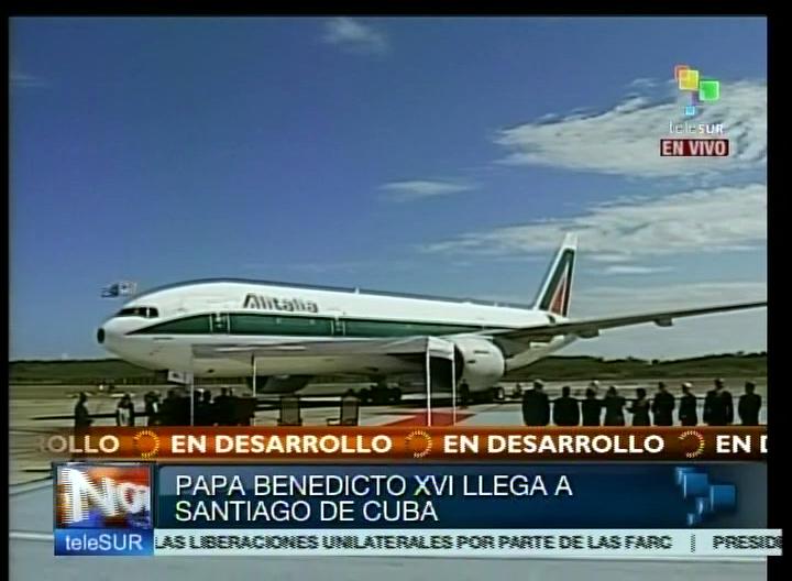 Arriba al Aeropuerto Internacional Antonio Maceo de Santiago de Cuba avión del Papa Benedicto XVI. Foto tomada de TeleSUR.