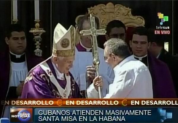 Presidente cubano Raúl Castro saluda al Sumo Pontífice Benedicto XVI en Santa Misa oficiada en la Plaza de la Revolución en La Habana, Cuba. Foto: TeleSUR / Radio Rebelde.
