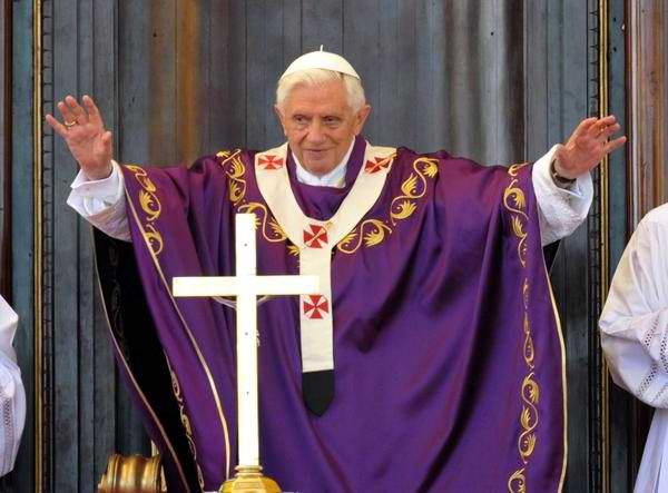 Su Santidad Benedicto XVI saluda al pueblo cubano en la Santa Misa oficiada en la Plaza de la Revolución José Martí, en La Habana, Cuba, el 27 de marzo de 2012.  Foto: Marcelino Vázquez Hernández