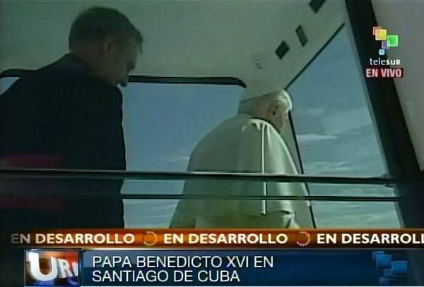 Recorrido del Papa Benedicto XVI por las calles de Santiago de Cuba tras su llegada este 26 de marzo de 2012. Foto: TeleSUR / Radio Rebelde