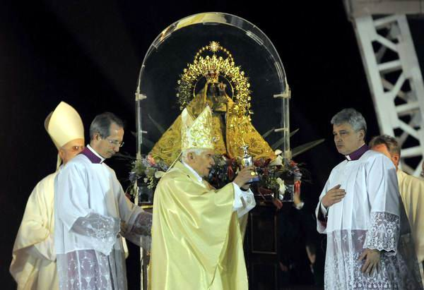 El Papa Benedicto XVI, oficia la Santa Misa en la Plaza de la Revolución Antonio Maceo, en Santiago de Cuba, el 26 de marzo de 2012. Foto: Roberto Suárez.