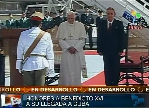 Raúl Castro Ruz recibe al Sumo Pontífice Benedicto XVI en su llegada a Cuba. 26 de marzo de 2012. Foto: TeleSUR / Radio Rebelde