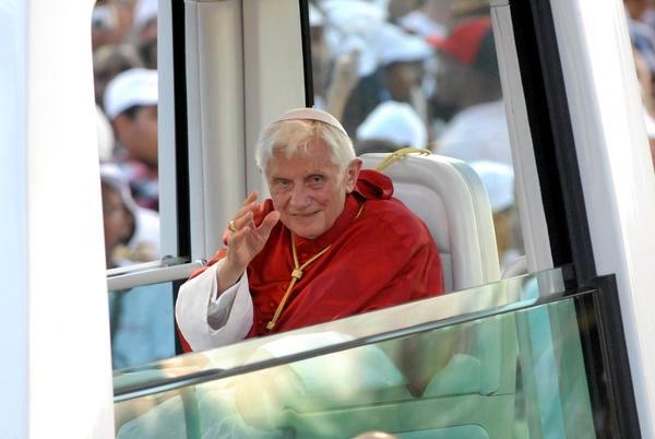 El Papa Benedicto XVI, a su llegada a la Plaza de la Revolución Antonio Maceo, para oficiar la Santa Misa, en Santiago de Cuba, el 26 de marzo de 2012. Foto: Juan Pablo Carreras.