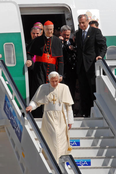 El Papa Benedicto XVI, a su llegada al aeropuerto internacional Santiago de Cuba, el 26 de marzo de 2012.Foto: Miguel Rubiera Justiz