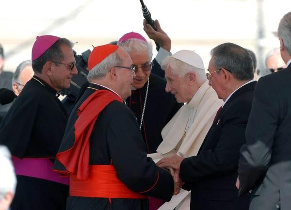 El Papa Benedicto XVI junto al General de Ejército Raú Castro saludan a personalidades de la iglesia católica, durante la ceremonia de recibimiento al Sumo Pontífice en el aeropuerto internacional Antonio Maceo, en Santiago de Cuba. Foto: Juan Pablo Carreras.