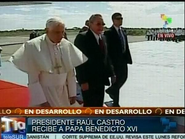 Recibe Raúl Castro al Papa Benedicto XVI en el Aeropuerto Internacional Antonio Maceo de Santiago de Cuba. Foto tomada de TeleSUR.
