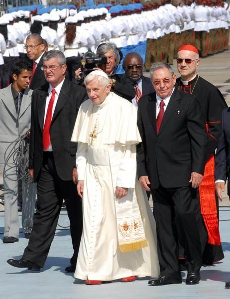 El General de Ejército Raúl Castro, presidente de los Consejos de Estado y de Ministros de Cuba, recibe al Papa Benedicto XVI, en el aeropuerto internacional Antonio Maceo, en Santiago de Cuba, el 26 de marzo de 2012. Foto: Miguel Rubiera Justiz
