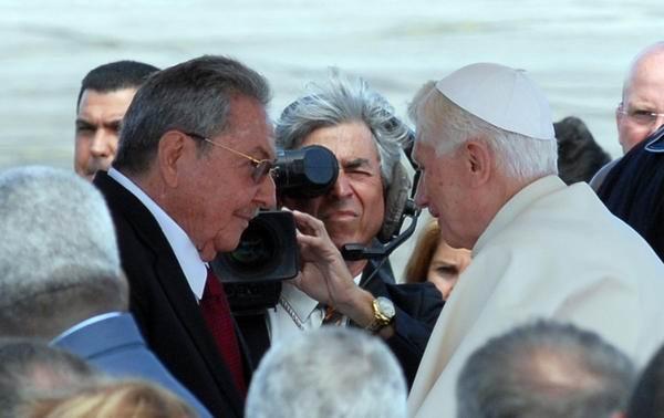 Saludos de Raúl y Benedicto XVI