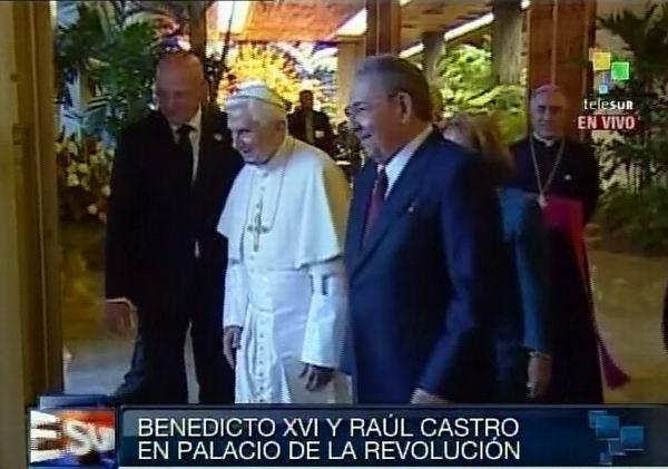 Su Santidad se retira del Palacio de la Revolución acompañado de Raúl