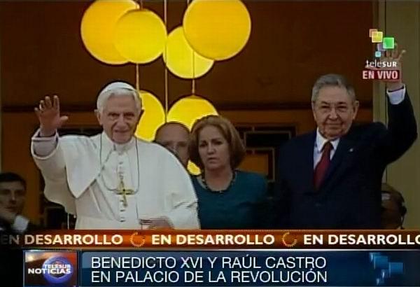 Benedicto XVI y Raúl Castro saludan a la prensa desde la Escalinata del Consejo de Estado