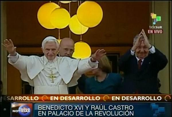 Benedicto XVI y Raúl Castro saludan a la prensa acreditada. Foto Radio Rebelde/Telesur