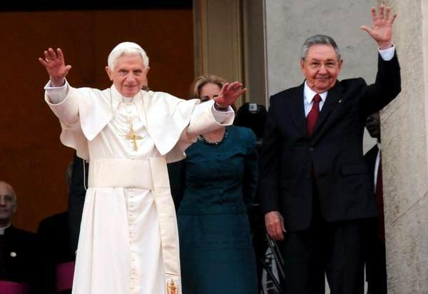 Benedicto XVI y Raúl durante el saludo a la prensa. Foto Omara García
