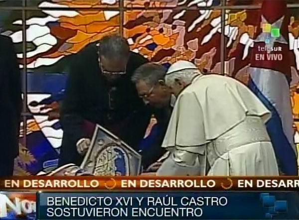 Su Santidad Benedicto XVI le obsequia un facsímil de la Geographia Ptolomeo a Raúl