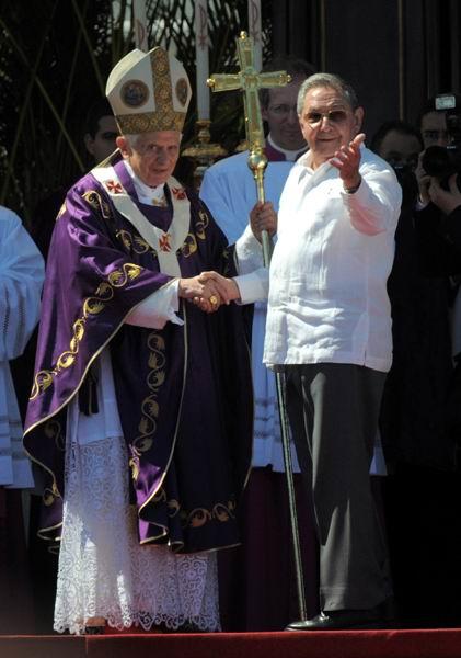 El presidente cubano Raúl Castro muestra al Santo Padre la alegría del pueblo presente en la Plaza de la Revolución durante la Santa Misa. Foto: Roberto Ruiz