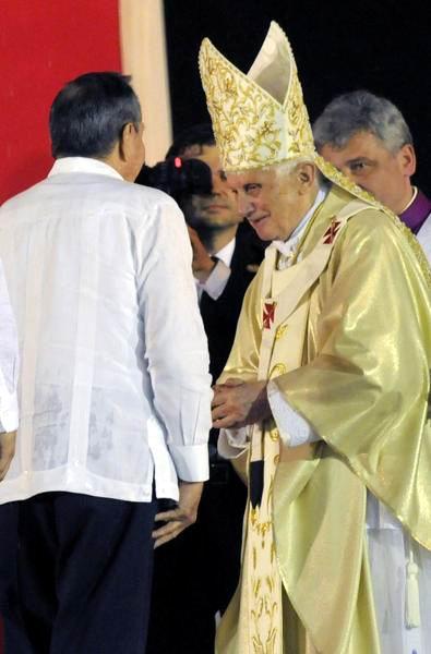 El General de Ejército Raúl Castro, presidente de los Consejos de Estado y de Ministros de Cuba, saluda al Papa Benedicto XVI, después de concluida la Misa, en la Plaza de la Revolución Antonio Maceo, en Santiago de Cuba, el 26 de marzo de 2012. Foto: Roberto Suárez.