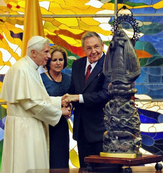 El presidente cubano Raúl Castro obsequia la replica de la Virgen de la Caridad del Cobre a Su Santidad Benedicto XVI, en el Palacio de la Revolución, en La Habana, el 27 de marzo de 2012.Foto: Jorge Luis González
