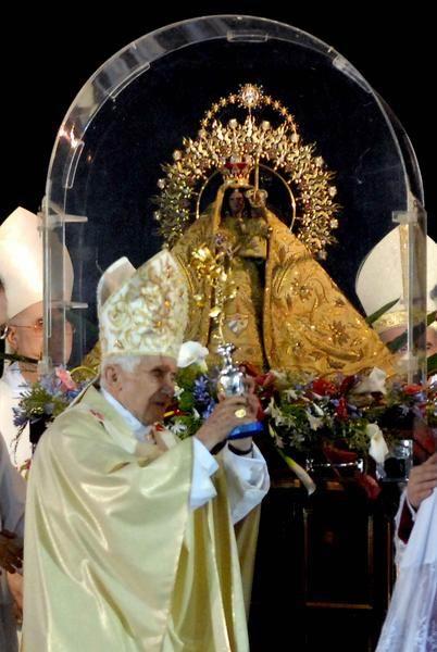 El Papa Benedicto XVI ofrendó La Rosa de Oro a la imagen de la Virgen de la Caridad, durante la Santa Misa, en la Plaza de la Revolución Antonio Maceo, en Santiago de Cuba, el 23 de marzo de 20125. Foto: Juan Pablo Carreras