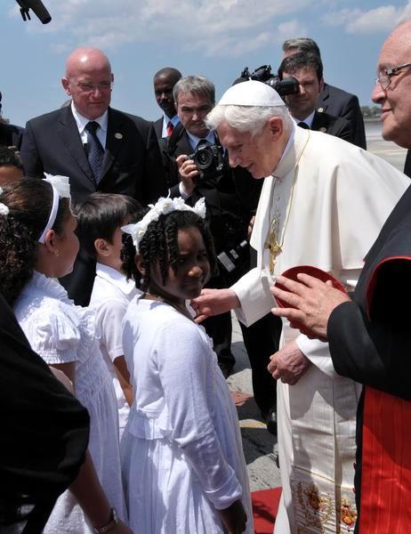 El Papa Benedicto XVI es recibido por el Cardenal Jaime Lucas Ortega Alamino en el aeropuerto internacional José Martí, en La Habana, Cuba el 27 de marzo de 2012. Foto: Marcelino Vazquez Hernández