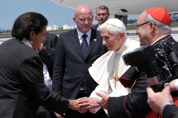 El Papa Benedicto XVI salud a Lázara Mercedes López Acea, primera secretaria del PCC en La Habana, en el aeropuerto internacional José Martí, en La Habana, Cuba el 27 de marzo de 2012. Foto: Marcelino Vazquez Hernández