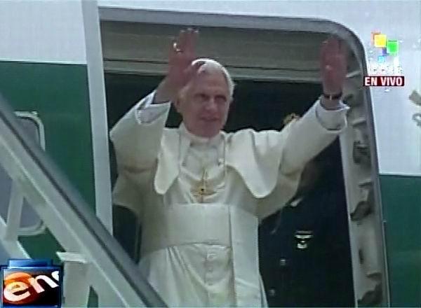 El Papa Benedicto XVI arribó a la capital cubana y fue recibido por el Cardenal Jaime Ortega. Foto Radio Rebelde/Telesur