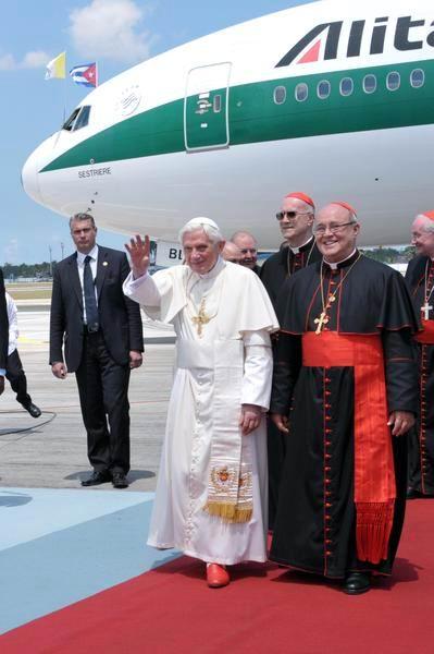 El Papa Benedicto XVI es recibido por el Cardenal Jaime Lucas Ortega Alamino, Arzobispo de La Habana, en el aeropuerto internacional José Martí, en La Habana, Cuba el 27 de marzo de 2012. Foto: Marcelino Vazquez Hernández
