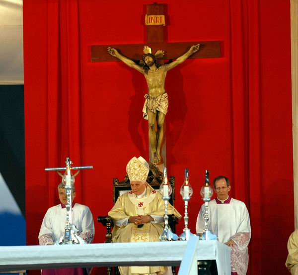 El Papa Benedicto XVI, oficia la Santa Misa en la Plaza de la Revolución Antonio Maceo, en Santiago de Cuba, el 26 de marzo de 2012. Foto: Juan Pablo Carreras