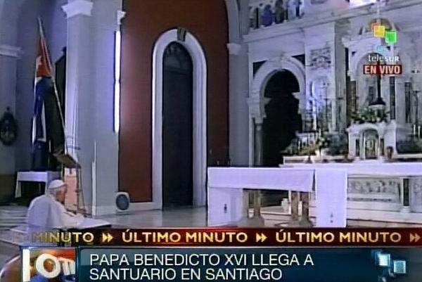 El Papa Benedicto XVI ora ante la imagen de la Virgen de la Caridad del Cobre en el santuario a la Patrona de Cuba en Santiago de Cuba.  27 de marzo de 2012. Foto: TeleSUR / Radio Rebelde