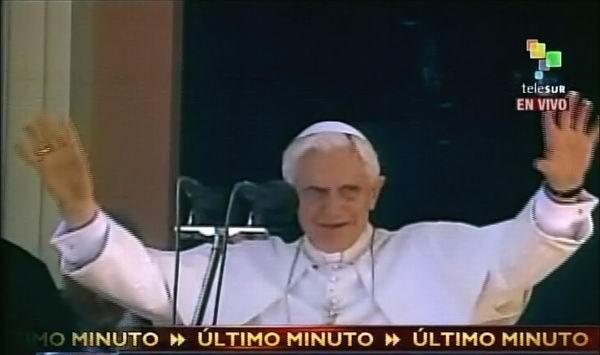 El Papa Benedicto XVI saluda a los cubanos reunidos en el Santuario de la Virgen de la Caridad del Cobre durante su visita.  27 de marzo de 2012. Foto: TeleSUR / Radio Rebelde