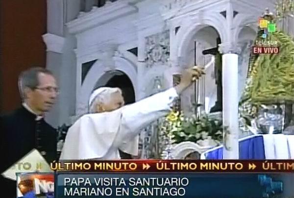 El Papa Benedicto XVI enciende un cirio a la Patrona de Cuba, la Virgen de la Caridad del Cobre en el santuario de Santiago de Cuba.  27 de marzo de 2012. Foto: TeleSUR / Radio Rebelde