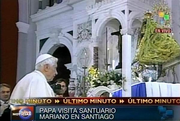 El Papa Benedicto XVI ante la Patrona de Cuba, la Virgen de la Caridad del Cobre en el santuario de Santiago de Cuba.  27 de marzo de 2012. Foto: TeleSUR / Radio Rebelde