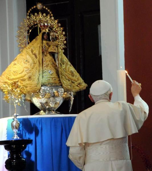 El Papa Benedicto XVI enciende un cirio a la Patrona de Cuba, la Virgen de la Caridad del Cobre en el santuario de Santiago de Cuba.  27 de marzo de 2012. Foto: Juvenal Balan Neyra