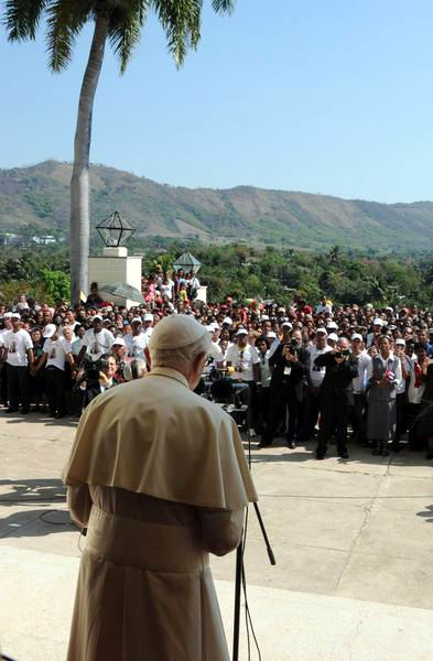 El Papa Benedicto XVI lee mensaje en el Santuario de la Virgen de la Caridad del Cobre, Santiago de Cuba.27 de marzo de 2012. Foto: Juvenal Balan Neyra