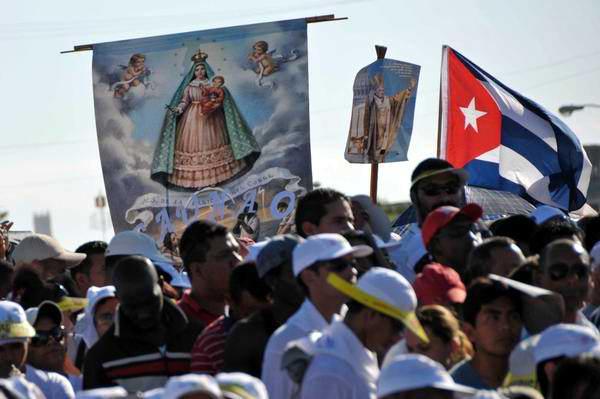 Cubanos participan de la Santa Misa oficiada por el Papa Benedicto XVI en la Plaza de la Revolución José Martí, en La Habana, Cuba, el 26 de marzo de 2012. Foto: Marcelino Vázquez Hernández