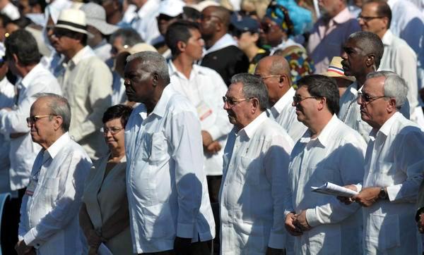 El General de Ejército Raúl Castro, presidente de los Consejos de Estado y de Ministros de Cuba, junto a dirigentes del Partido y gobierno cubano, asiste a la Santa Misa, oficiada por el Papa Benedicto XVI, en la Plaza de la Revolución José Martí, en La Habana, Cuba, el 28 de marzo de 2012. Foto: Marcelino Vázquez Hernández