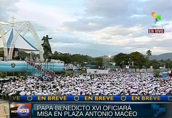 Una multitud de cubanos en espera de la Santa Misa
