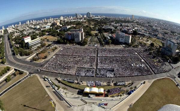 Multitudinaria presencia en Santa Misa oficiada por Benedicto XVI  en La Habana, Plaza de la Revolución. Foto: Ismael Francisco González