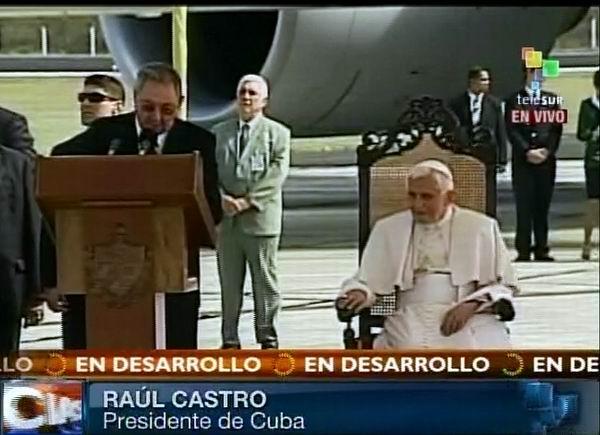 El presidente cubano Raúl Castro Ruz pronuncia las palabras de bienvenida al Sumo Pontífice Benedicto XVI a su llegada a Cuba. 26 de marzo de 2012. Foto: TeleSUR / Radio Rebelde