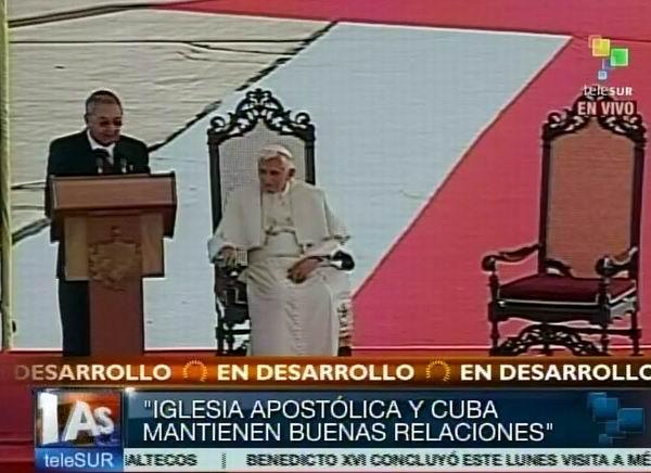 Raúl Castro y el Papa Benedicto XVI en el Aeropuerto Internacional Antonio Maceo de Santiago de Cuba. Foto tomada de TeleSUR.