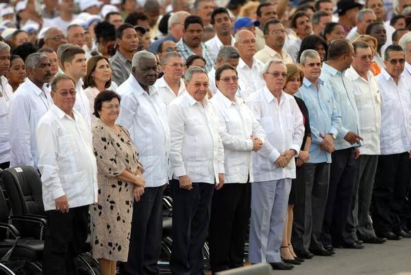 El presidente cubano Raúl Castro Ruz  junto a dirigentes del estado y gobierno cubano, durante la celebración de la Santa Misa del Papa Benedicto XVI, en la Plaza de la Revolución Antonio Maceo, de Santiago de Cuba, el 26 de marzo de 2012. Foto: Juan Pablo Carreras.
