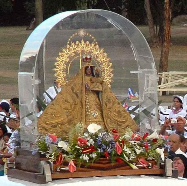 La imagen de la Virgen de la Caridad de El Cobre, entró a la Plaza de la Revolución Antonio Maceo, de Santiago de Cuba, para acompañar al Sumo Pontífice Benedicto XVI en la misa oficiada el 26 de marzo de 2012. Foto: Miguel Rubiera Justiz