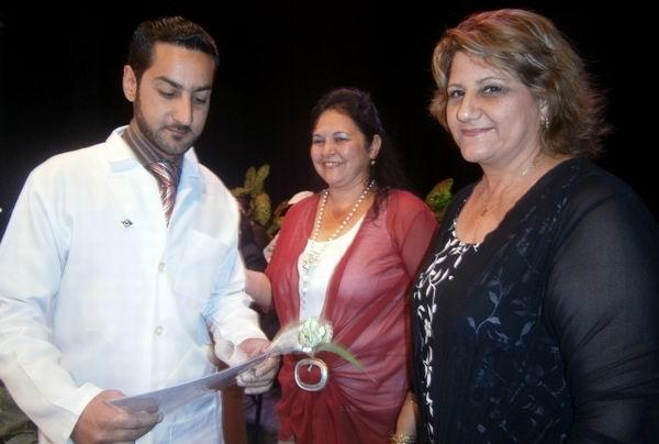 La primera secretaria del Partido y la presidenta de la Asamblea del Poder Popular (de derecha a izquierda) entregaron reconocimientos. Foto: Mireya Ojeda