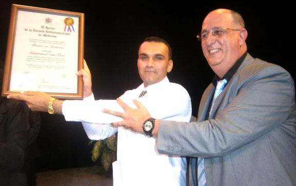 El Jefe de la Nacionalidad, Muhammad Essa Kahn, mejor graduado, recibe el título de manos del Rector, Doctor Roberto Baños. Foto: Mireya Ojeda
